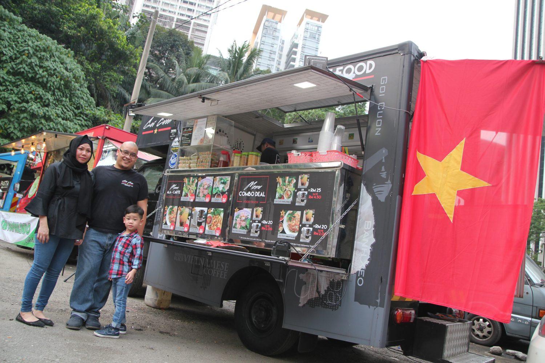 My Goi Cuon food truck family in TAPAK: Madam Fatimah Tien, Zaiikzwan Zainal Abidin and young Muhammad Zarif Danial serves awesome Halal Vietnamese food in KL